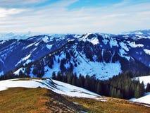 De wintersfeer op weilanden en landbouwbedrijven in de Urnasch-gemeente royalty-vrije stock afbeeldingen