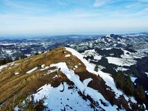 De wintersfeer op weilanden en landbouwbedrijven in de Urnasch-gemeente stock foto's