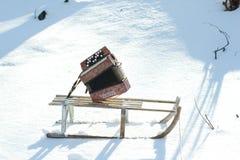 De winterslee op sneeuw en harmonika stock afbeelding
