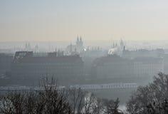 De wintersmog over de stad stock afbeelding