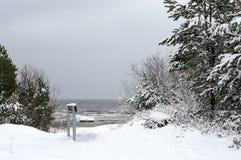 De wintersneeuw in de overzeese kust, Stock Foto
