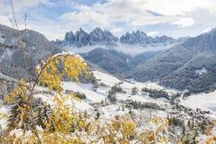 De wintersneeuw in Val di Funes op de Dolomietbergen Stock Afbeelding