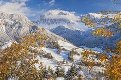 De wintersneeuw in Val di Funes op de Dolomietbergen Royalty-vrije Stock Afbeelding