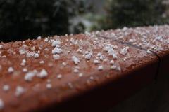 De wintersneeuwvlokken in het balkon Osimo, Italië stock foto's