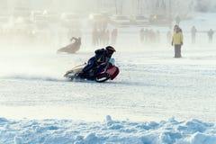 De winterspeedwaybaan Raceauto's niet gemarkeerde aandrijving op de ijsweg stock foto