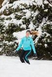 De wintersport, meisje die in sneeuw springen royalty-vrije stock fotografie