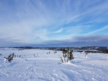 De wintersprookjesland aardige hemel met dunne wolken royalty-vrije stock afbeeldingen