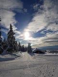 De wintersprookjesland zonnige dag in de dwars het ski?en van het land sleep royalty-vrije stock fotografie