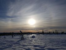De wintersprookjesland Zonsondergang en bewolkte hemel stock fotografie