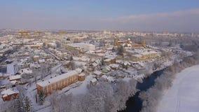 De winterstad met een oud kasteel stock videobeelden
