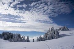 De winterstijging in het bergenhoogtepunt van sneeuw royalty-vrije stock foto's