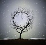 De de wintertijd, boom kijkt als de winterklok, 5 minuten aan ijzig weer, het magische klokboom groeien op grond in mooi royalty-vrije illustratie
