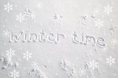 De wintertijd met de hand geschreven op de sneeuw Royalty-vrije Stock Foto