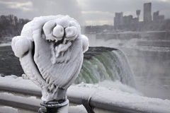 De wintertoerisme bij Niagara-Dalingen Stock Foto's