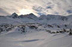 De wintertoppen en zon Stock Afbeelding