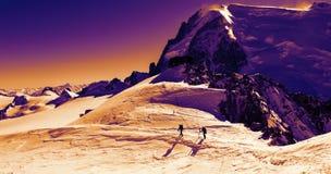De wintertrekking in Alpen Stock Fotografie