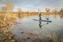 De wintertribune die omhoog in Colorado paddelt Stock Afbeeldingen