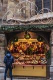 De wintertribune met Herinneringen bij Kerstmismarkt stock afbeelding