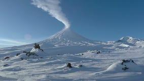 De winteruitbarsting Klyuchevskaya Sopka - actieve stratovolcano van het Schiereiland van Kamchatka stock footage