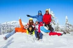 De wintervakantie bij skitoevlucht De vrienden hebben pret Stock Afbeeldingen