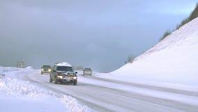 De winterverkeer op sneeuwweg in de bergen stock video