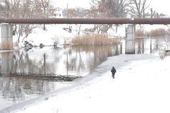 De wintervisser onder de industriële schoorsteen royalty-vrije stock foto's