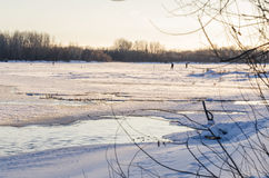 De wintervissers onder de stad Stock Afbeeldingen