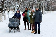 In de de wintervrienden met een wandelwagen royalty-vrije stock foto's