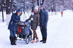 In de de wintervrienden met een wandelwagen stock foto
