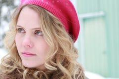 De wintervrouw in Hoedenportret Stock Afbeeldingen