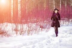 De wintervrouw op achtergrond van de winterlandschap, zon Manier gir Stock Afbeeldingen