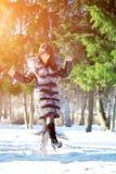 De wintervrouw op achtergrond van de winterlandschap? zon Manier gir Stock Foto's