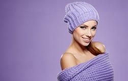 De wintervrouw in warme kleding stock fotografie