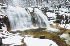 De winterwaterval Kleine vijver en de sneeuwcascade van de keienblaasbalg van waterval Het water van de kristalvorst van bergrivi Royalty-vrije Stock Foto's