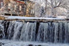 De winterwaterval langs Otterkreek royalty-vrije stock afbeelding