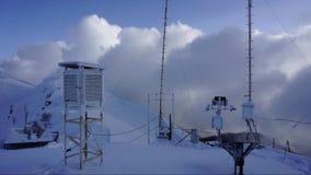De winterweerstation in de bergen van de Kaukasus bij het bewegen van wolkenachtergrond Geschoten op Canon 5D Mark II met Eerste  stock footage