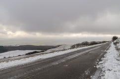 De winterweg stock afbeeldingen