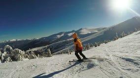 De winterweg in bergen stock videobeelden