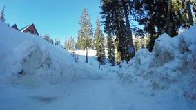 De winterweg in bergen stock video
