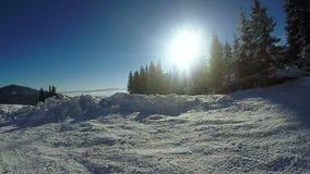 De winterweg in bergen stock footage
