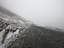 De winterweg in de bergen van Georgië royalty-vrije stock afbeeldingen