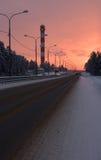 De winterweg in de voorsteden Stock Afbeeldingen