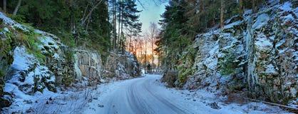 De winterweg door de rotsen Stock Afbeelding