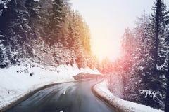 De winterweg Ijzig Forest Covered Snow Scenic Mountain Oostenrijk Royalty-vrije Stock Foto