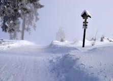 De winterweg met richtingtekens Stock Afbeeldingen