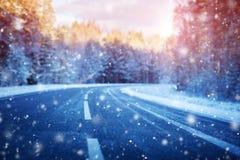 De winterweg, met sneeuw op zonnige dag wordt behandeld die stock fotografie