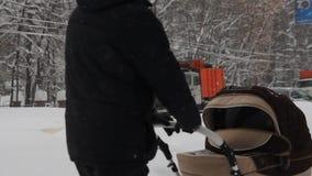 de winterweg met verkeerslichten stock videobeelden