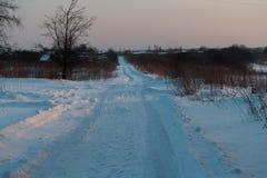 De winterweg in de middag stock foto's