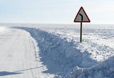 De winterweg onder blauwe hemel Stock Afbeeldingen