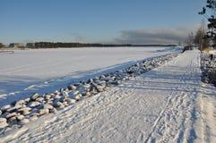 De winterweg op bevroren de winterlandschap Stock Afbeeldingen